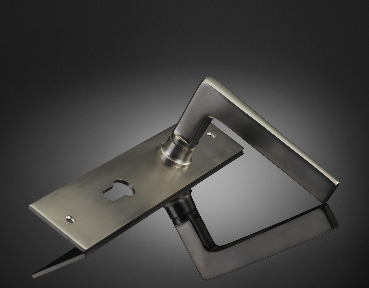 Lubetkin lever handle on backplate MZL08 from izé